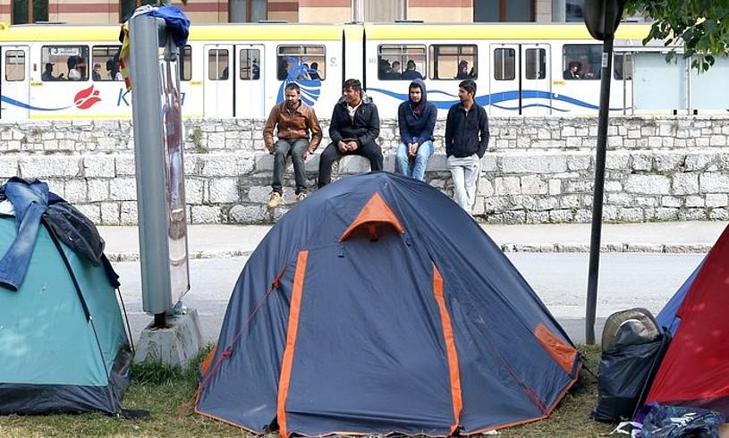Turkiatik Europara iritsitako errefuxiatuak, Sarajevon kanpatuta, iragan maiatzeko irudi batean.
