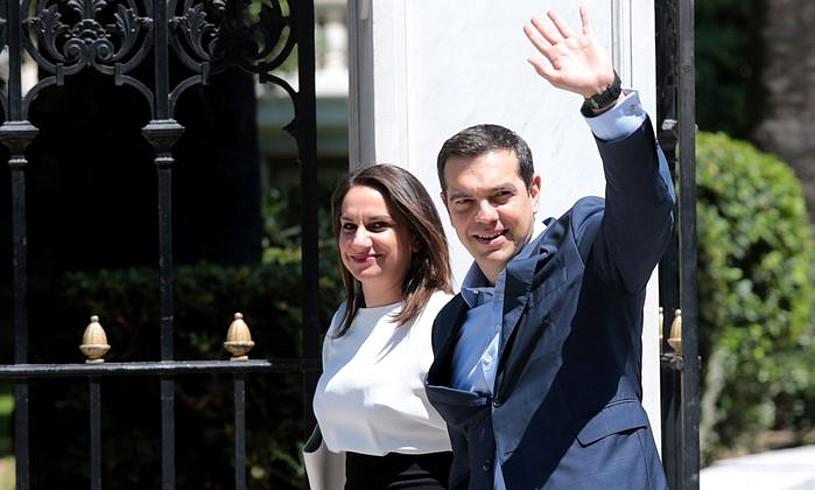 Alexis Tsipras Greziako lehen ministroa, atzo, presidenteari hitzartutakoaren berri emateko bidean. ©PANTELIS SAITAS / EFE