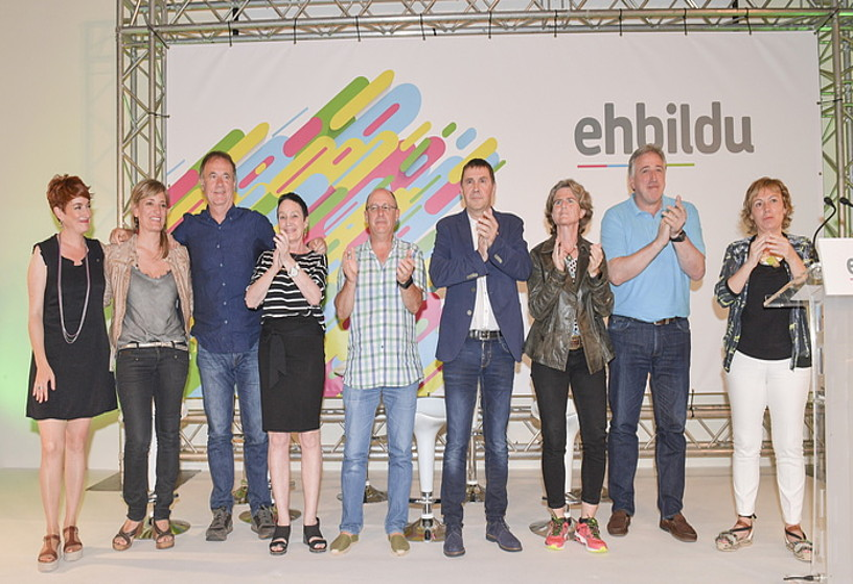 EH Bilduko zerrendaburuak, Arnaldo Otegi koordinatzailearekin, atzo Donostian eginiko ekitaldian. ©IDOIA ZABALETA / FOKU