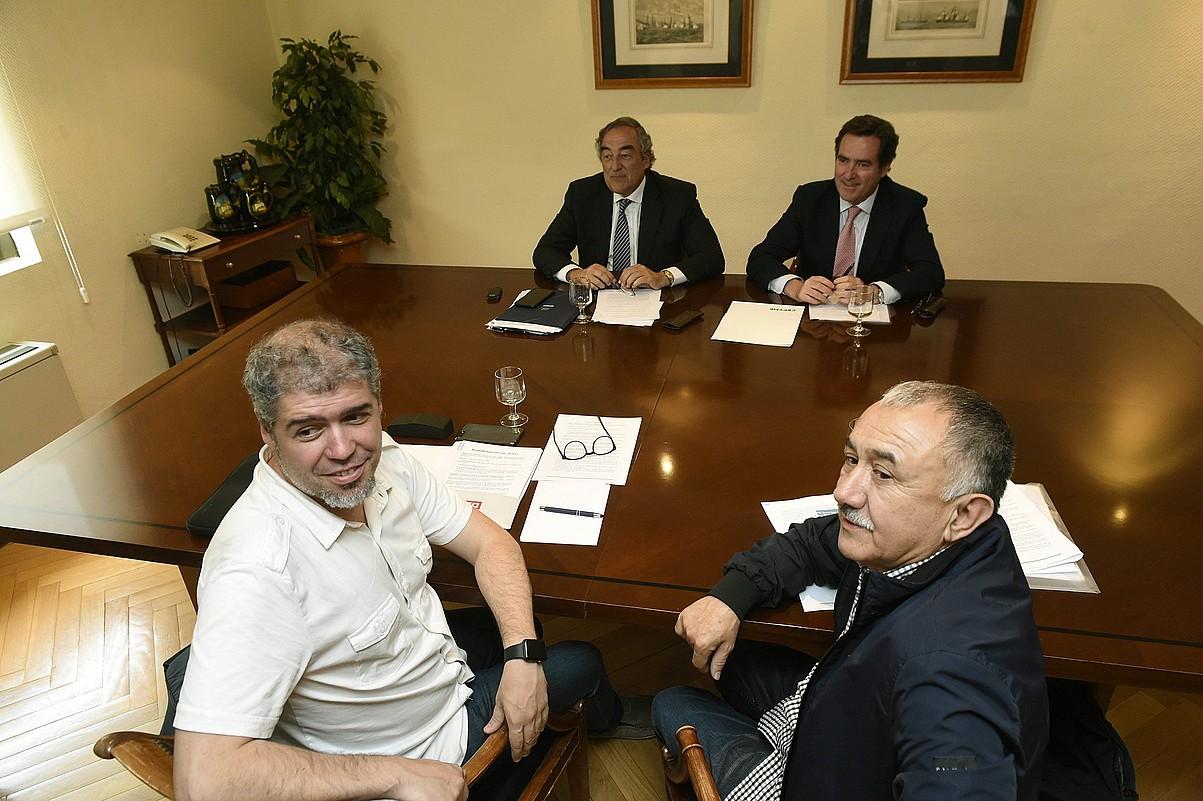 CEOE, Cepyme, UGT eta CCOOko ordezkariak, atzo, Madrilen, akordioa egin aurretik. ©FERNANDO VILLAR / EFE