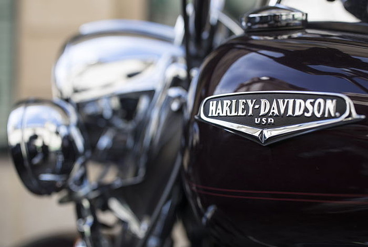 Harley Davidson markako motor bat, artxiboko irudi batean.