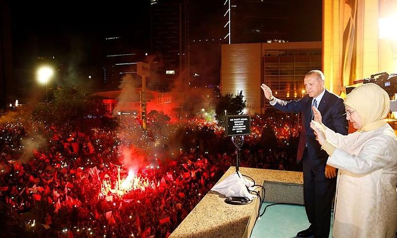 Recep Tayyip Erdogan Turkiako presidentea eta haren emazte Emine Erdogan, herenegun, Ankaran, hauteskunde garaipena jarraitzaileekin ospatzen.