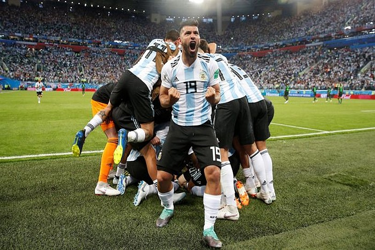 Kun Aguero Argentinako aurrelaria bere selekzioaren bigarren gola ospatzen; atzean, taldekideak elkar besarkatzen. ©JUAN HERERO / EFE