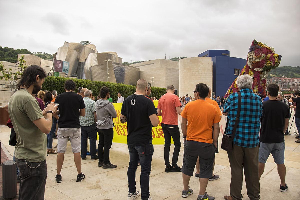 Sindikatuetako ordezkariak, Tubos Reunidosen akziodunen batzarra dela-eta egindako protestan, atzo, Bilbon. ©JUNE PRIETO / FOKU