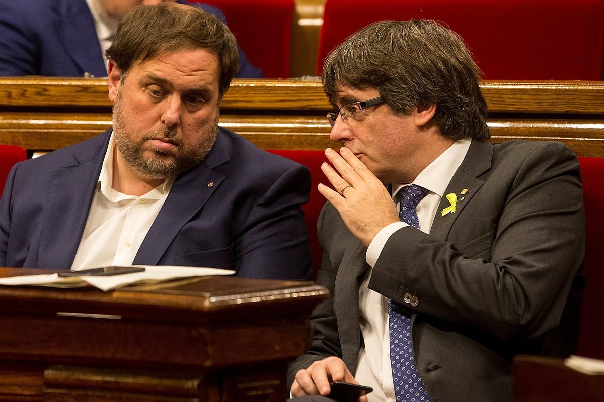 Oriol Junqueras eta Carles Puigdemont Kataluniako presidenteorde eta presidente kargugabetuak, joan den urriaren 27an parlamentuan.