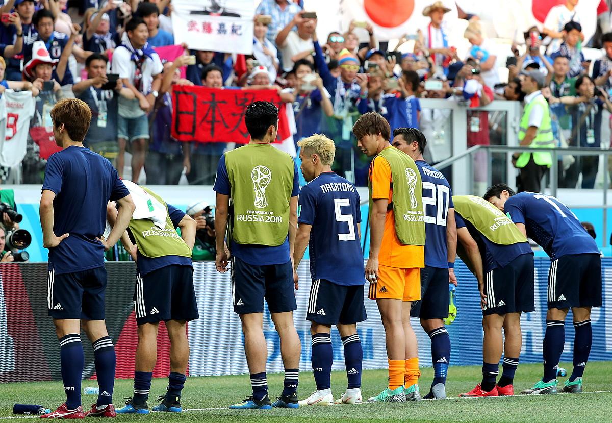 Japoniako jokalariak, Volgogradoko estadiora joaniko euren herrialdeko zaleei esker ona adierazten, atzoko partidaren ondoren. ©ZURAB KURTSIKIDZE / EFE