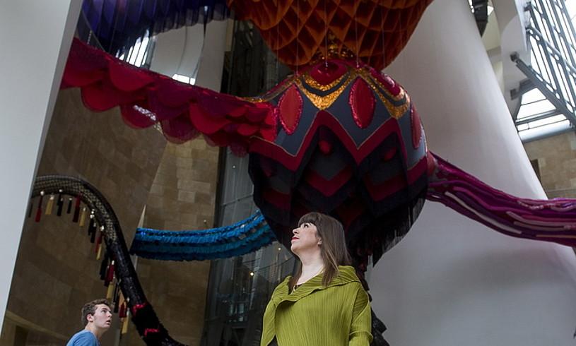 Joana Vasconcelos<em>, Egeria</em> Guggenheimerako berariaz sortutako pieza ikusgarriaren azpian. ©LUIS JAUREGIALTZO / FOKU
