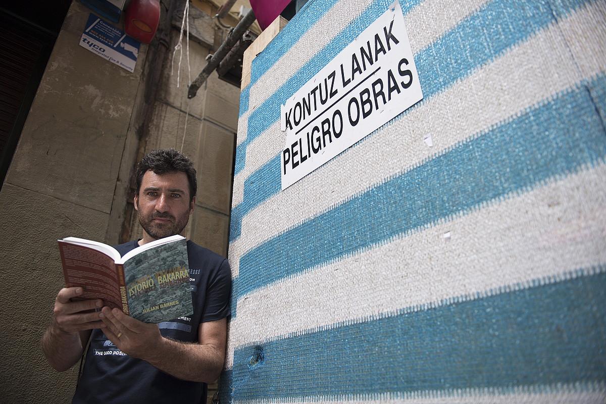 Aritz Gorrotxategi, <em>Istorio bakarra</em> eskuetan duela, atzo, Donostian. &copy;JUAN CARLOS RUIZ / FOKU