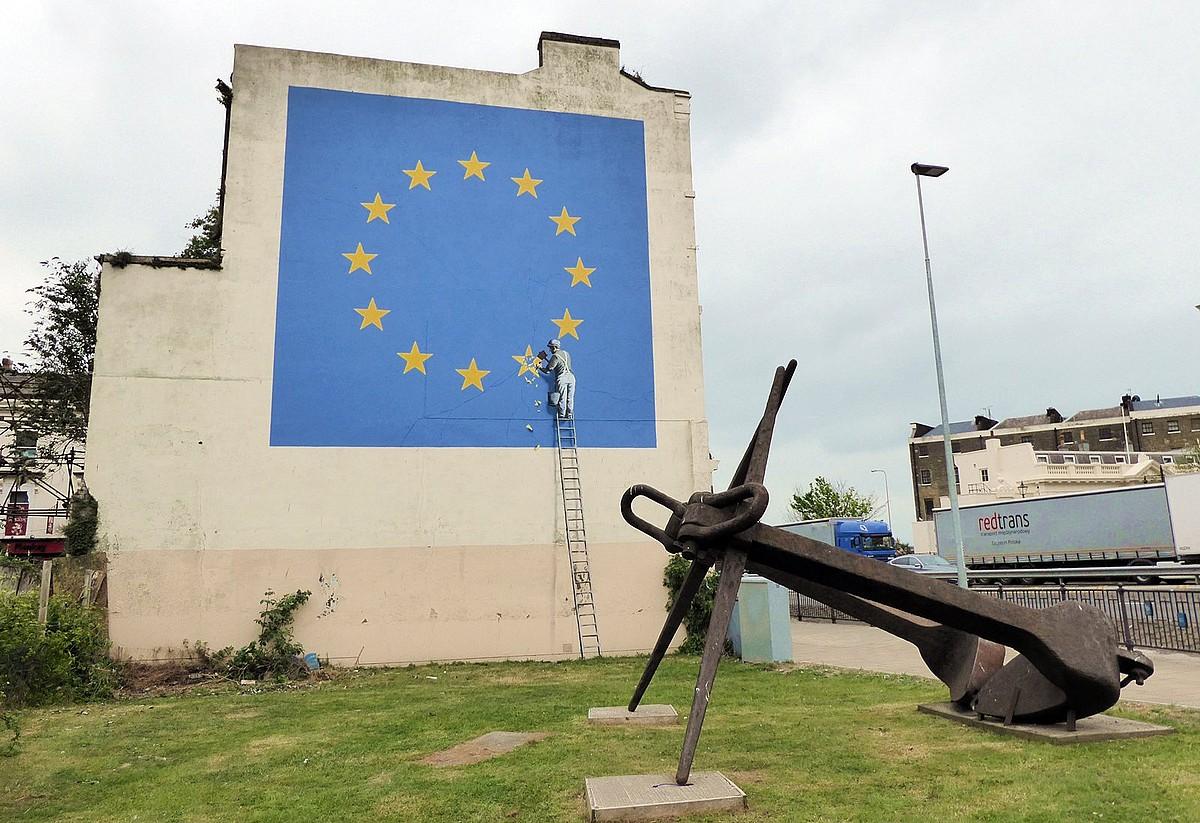 Banskyren marrazkia <i>brexit</i>-ari buruz, Doverko portuaren ondoko etxebizitza baten fatxadan. &copy;BERRIA