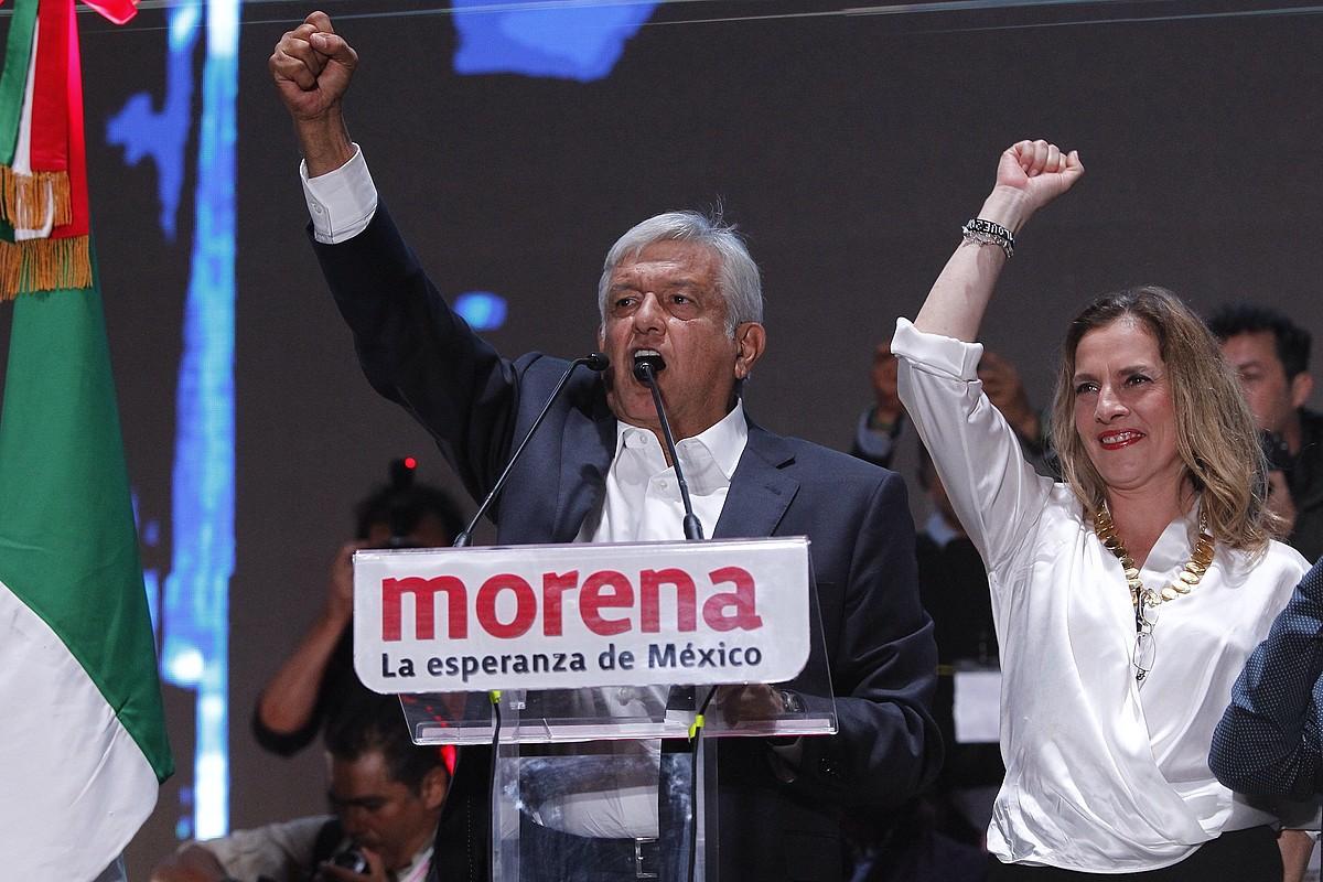Andres Manuel Lopez Obrador hautagaia eta Beatriz Gutierrez Muller idazle eta Obradorren emaztea presidentetzarako hauteskundeetako garaipena ospatzen, herenegun gauean.