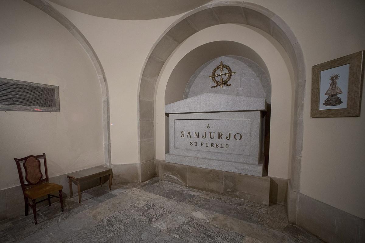 2016an atera zituen udalak Sanjurjoren arrastoak Erorien Monumentutik; irudian, kolpistaren hobia, kriptan.