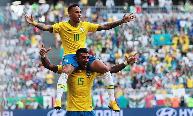 Neymar, gainean, eta Paulinho, Brasilek atzo sarturiko lehen gola ospatzen. ©WALLACE WOON / EFE