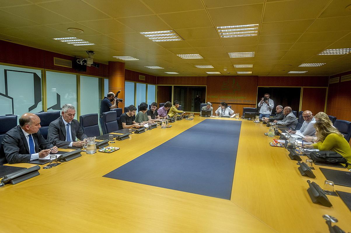 Talde politikoetako ordezkariak, atzo, Eusko Legebiltzarreko Autogobernu Lantaldearen bileran. ©JAIZKI FONTANEDA / FOKU
