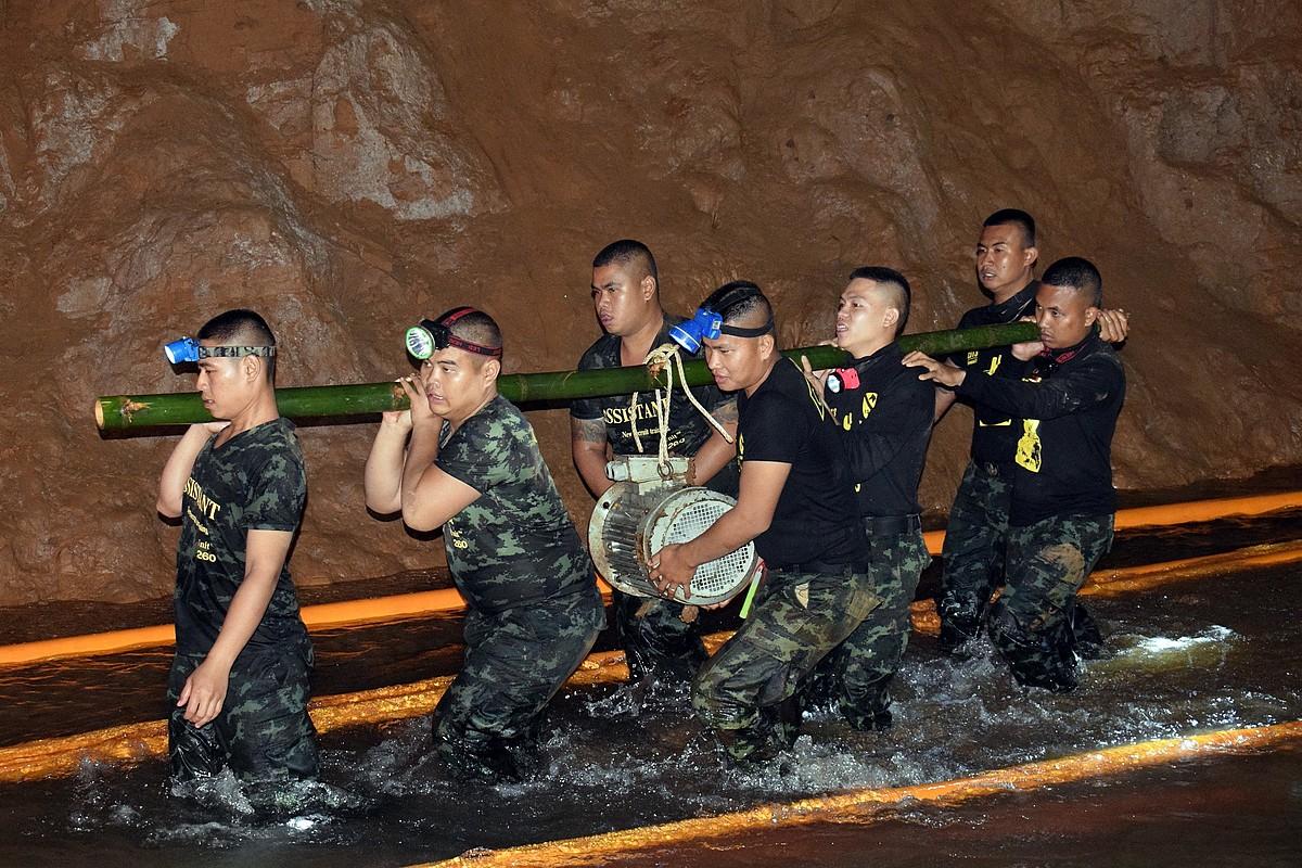 Erreskate taldea laguntza bidaltzen kobazuloan harrapatutako hamahiru lagunei, herenegun, Thailandian. ©EFE