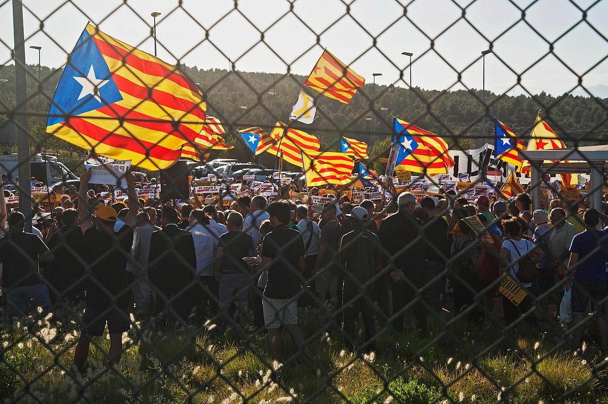 Ehunka lagun bildu ziren, atzo, Puig de les Bassesko kartzelaren atarian, Kataluniako politikari presoak aska ditzatela eskatzeko. ©ROBIN TOWNSEND / EFE