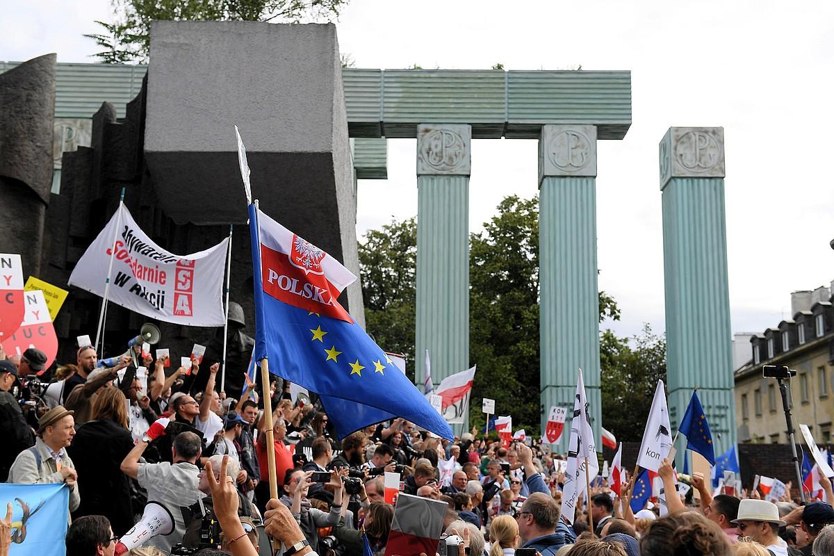Milaka herritar Auzitegi Gorenaren aurrean, lege erreformaren aurka protestan, atzo, Varsovian. ©MARCIN KMIECINSKI/ EFE