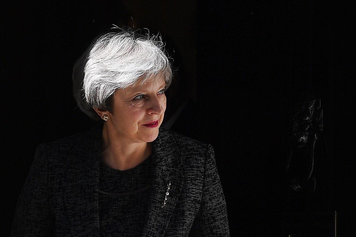 Theresa May Erresuma Batuko lehen ministroa, artxiboko irudi batean, Downing Streeteko egoitzaren sarreran.