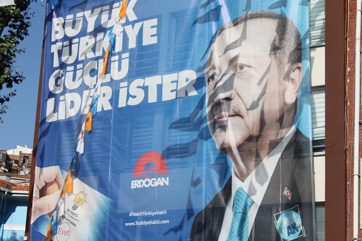 Recep Tayyip Erdogan presidentearen lidergoa goraipatzen duen kartel bat, Istanbulen. ©AITOR TXABARRI