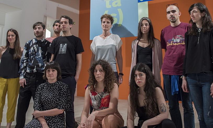 Erakusketan parte hartu duten zortzi artistak, komisario eta instituzioko kideekin, atzo, Donostian. ©JUAN CARLOS RUIZ / FOKU
