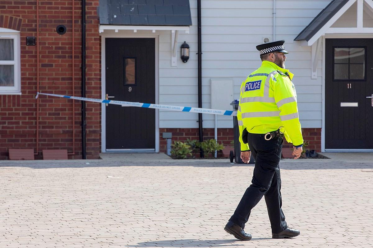 Erresuma Batuko polizia bat, pozoitutako bi pertsonen etxea zigilatzen eta inguruak berrikusten, atzo, Amesburyn. ©R.FINDLER/ EFE