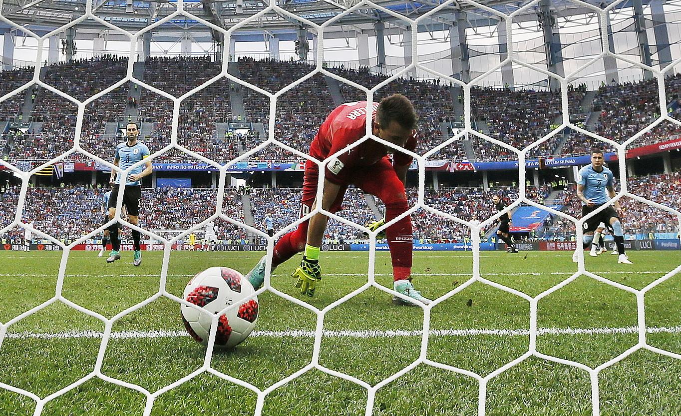 Fernando Muslera Uruguaiko atezaina, etsita, huts egin eta 0-2koa jaso berritan. ©FRANCK ROBICHON / EFE