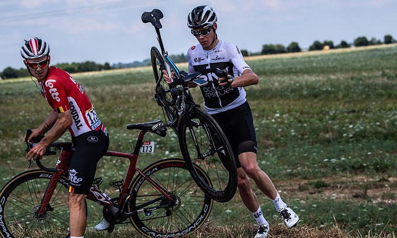 Chris Froome errepidera itzultzen, atzoko etapan erori ondoren. Alboan, begira, Jasper De Buyst. ©JEFF PACHOUD / EFE