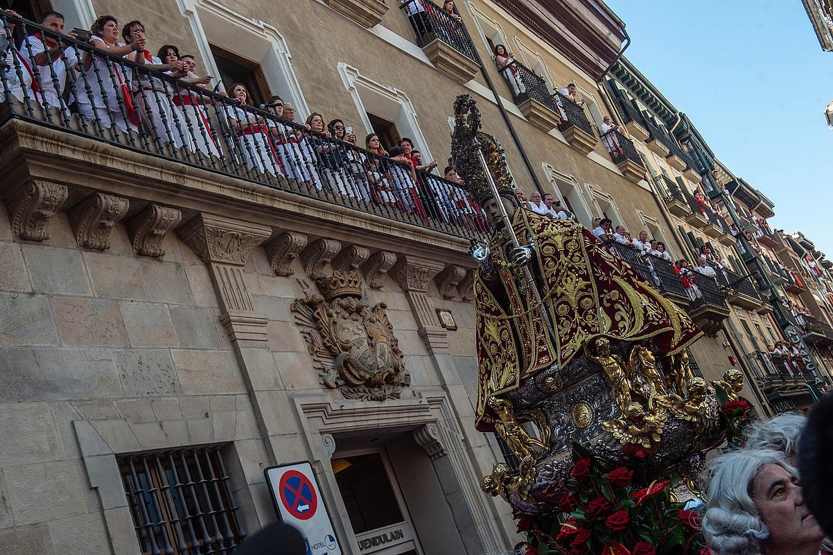San Ferminen irudia, atzo, Zapateria kalearen parean, jota abestu ohi zaion tokian. / LANDER FDEZ ARROIABE / FOKU