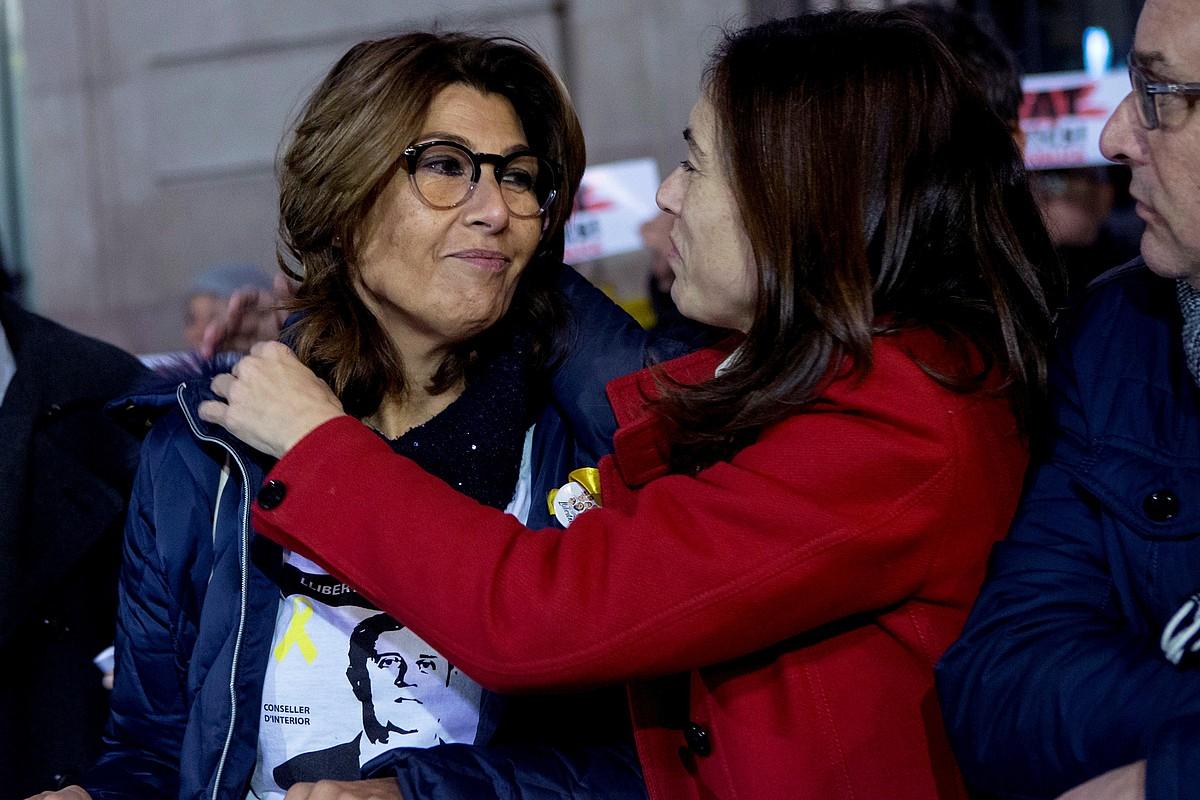 Laura Masvidal, ezkerrean, joan den abenduan politikari presoak askatzeko Bartzelonan egindako elkarretaratze batean.