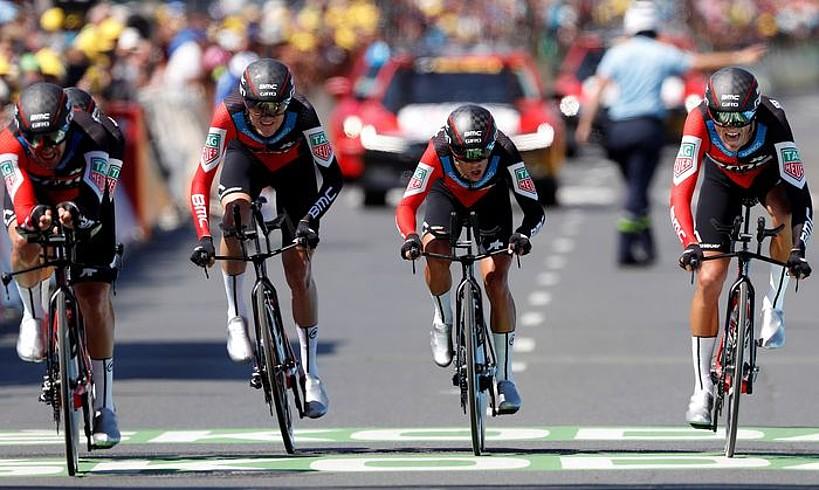 BMC taldeko kideak Choleteko helmugan sartzen, atzoko erlojupekoaren azken pedal kolpeetan. ©SEBASTIEN NOGIER/ EFE