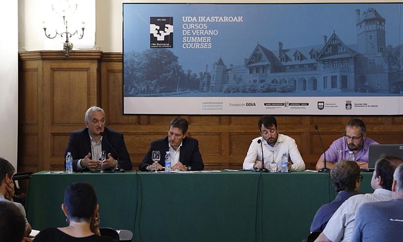 Xabier Barandiaran, Mikel Burzako, Gorka Espiau eta Urko Aiartza, atzo Donostian eginiko mahai inguruan.