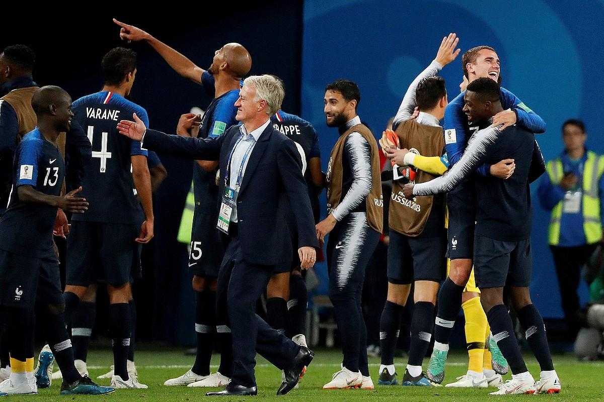 Didier Deschamps Frantziako selekzioko hautatzaile baionarra, finalera sailkatu izana jokalariekin ospatzen. ©JUAN HERRERO / EFE
