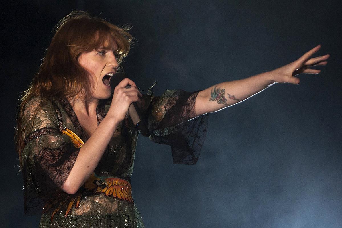 <b>Florence and The Machine. </b>Florence Welch abeslaria, taldearen ahots bereizgarria, Bartzelonan emandako kontzertu batean.