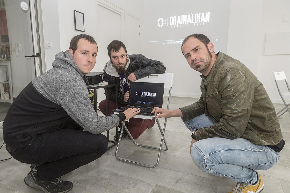 Iñaki Landa, Mikel Saenz de Buruaga eta Gindi Auzmendi dokumentalaren egileak, ARTgia espazioan, Gasteizen.