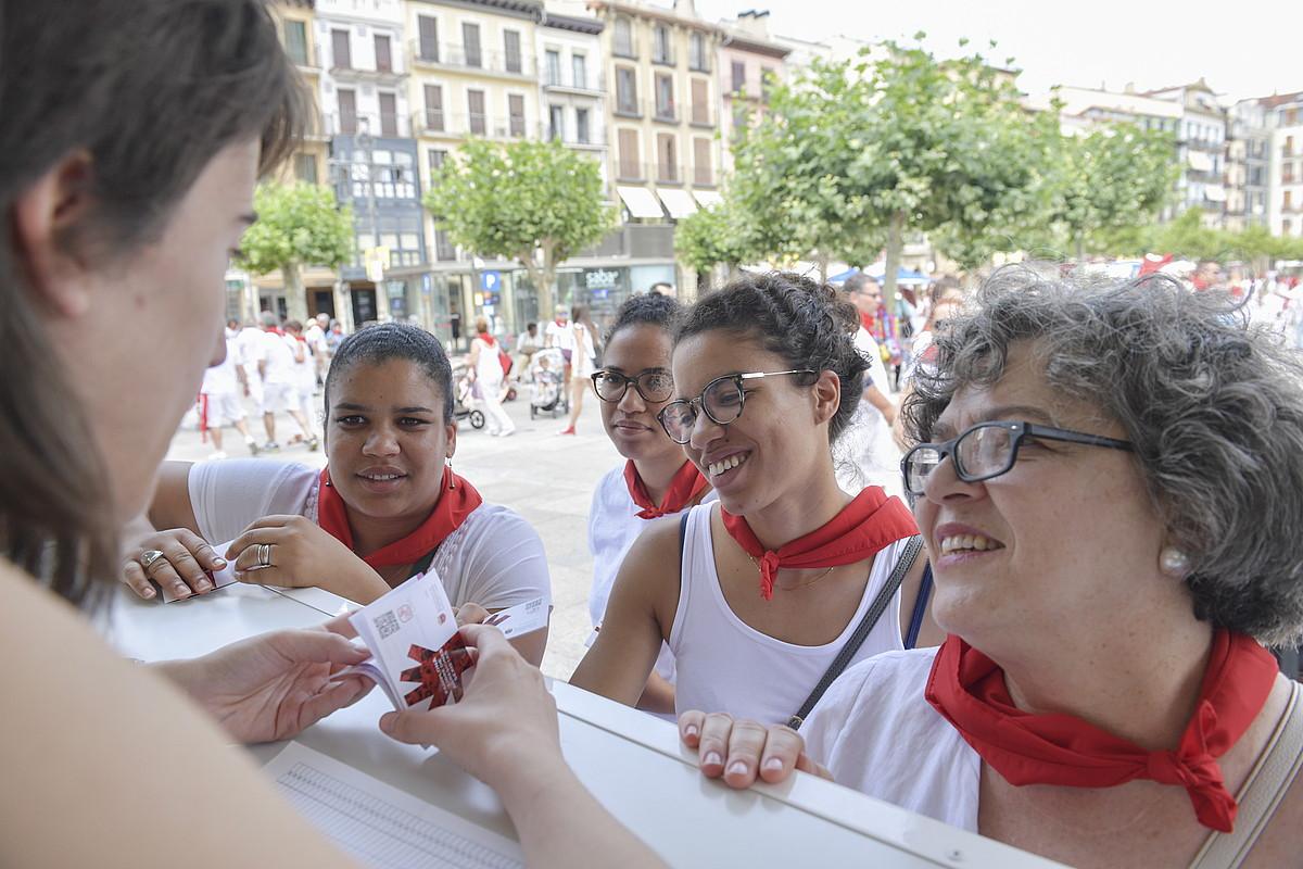 Hainbat emakume, Gazteluko plazako informazio gunean.