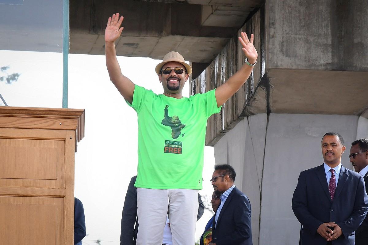 Abiy Ahmed bere jarraitzaileak agurtzen, Addis Abeban, artxiboko irudi batean.