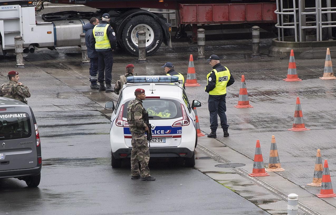 Frantziako Poliziaren eta militarren kontrola, Irun eta Biriatu arteko mugan, iazko maiatzean. ©JAGOBA MANTEROLA / FOKU
