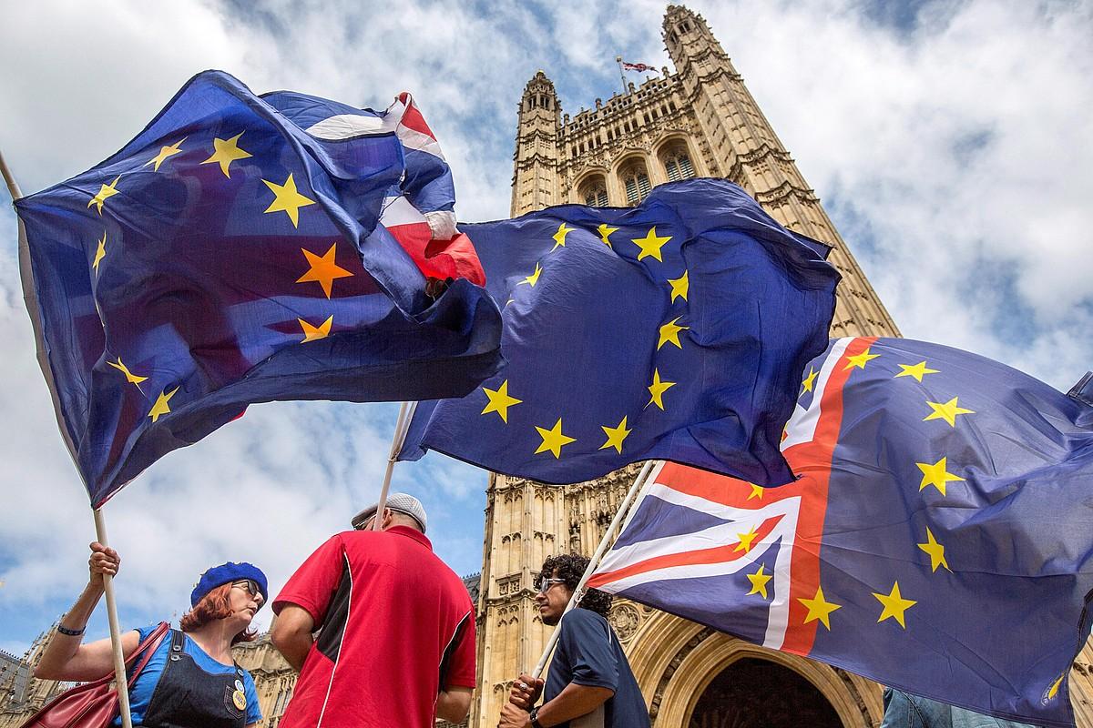 Zenbait manifestari <i>brexit</i>-ari buruzko bigarren erreferendum bat eskatzen, joan den asteartean, Londresen. &copy;RICK FINDLER / EFE