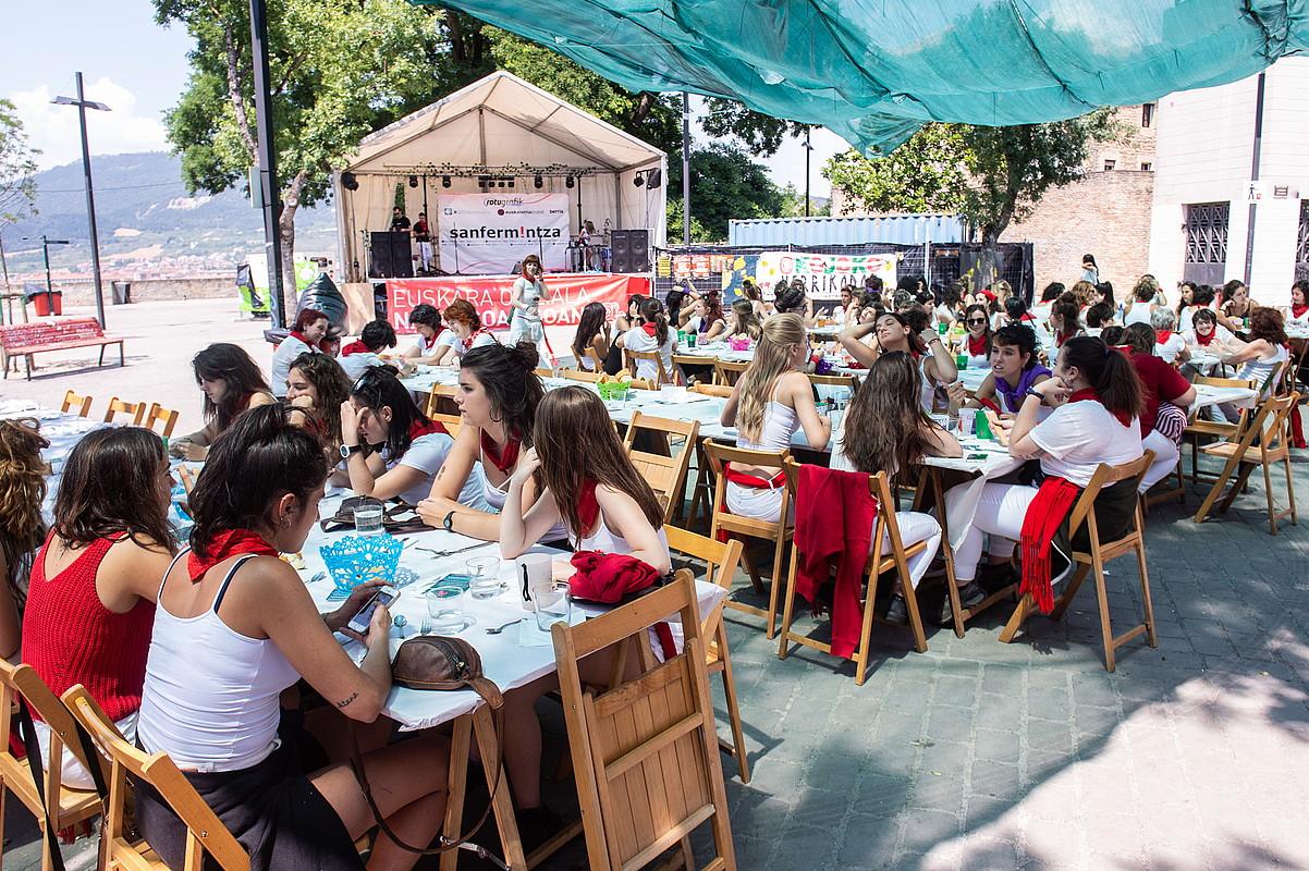 Egunero egiten dituzte bazkariak O plazan. Besteak beste, bazkari feminista egin zuten asteartean. / LANDER ARROIABE OLAORTUA / FOKU
