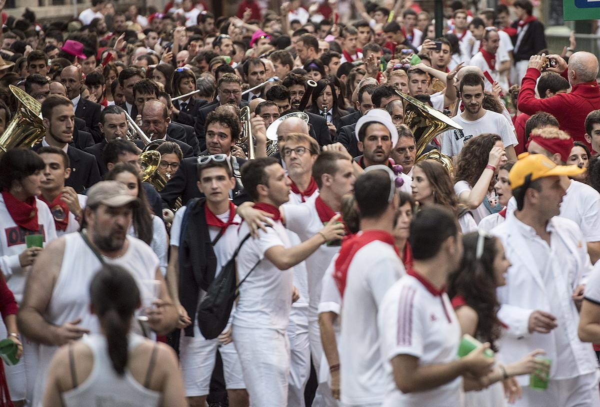 Pamplonesa musika bandak Alde Zaharreko kaleak zeharkatzen ditu egunero, goizean goiz, bestazalez inguraturik.