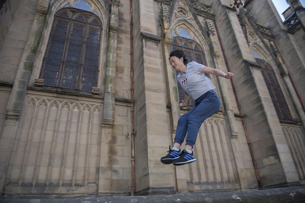 Fenchao Li <em>Cristina</em> <em>traceur</em>-a, Artzain Onaren katedraleko hormetan salto egiten. &copy;JUAN CARLOS RUIZ / FOKU