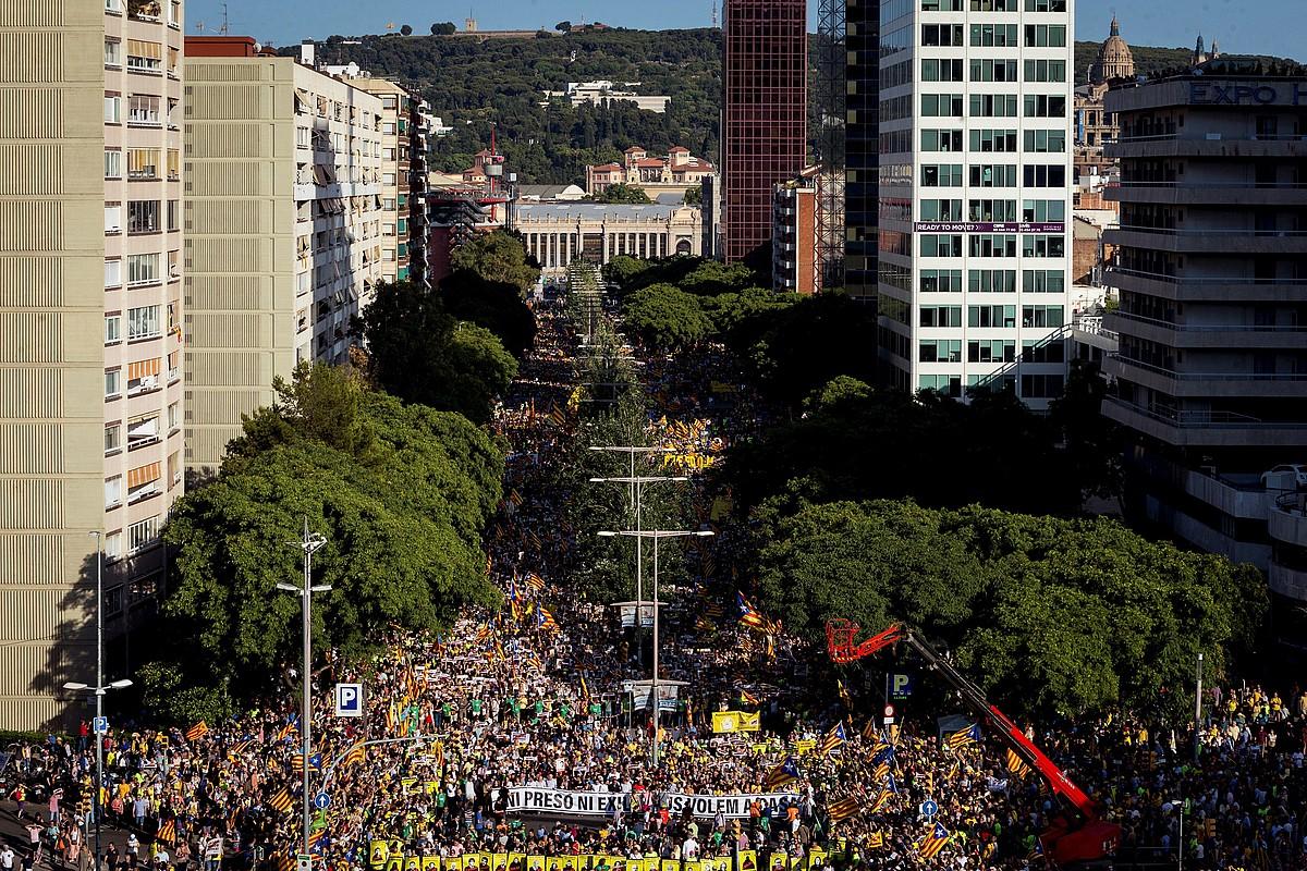 Manifestazioan parte hartu zutenak, Tarragona kalean gora, atzo Bartzelonan. Antolatzaileen esanetan, 200.000 lagun bildu zituen mobilizazioak. ©E. FONTCUBERTA. / EFE