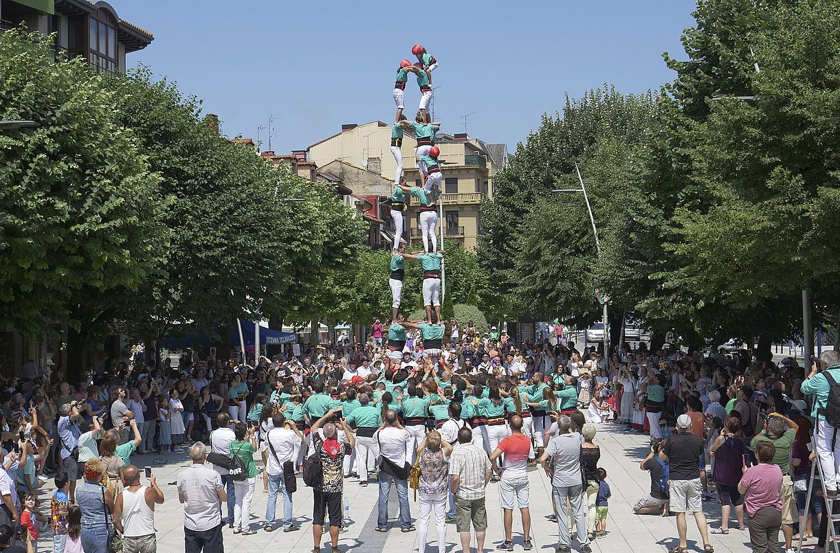 Vilafrancako <em>casteller</em>-ek Errenteriako hiru plazatan giza gazteluak osatu zituzten. &copy;GOTZON ARANBURU / FOKU