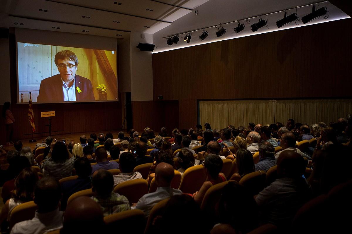 Puigdemont, Alemaniatik bideokonferentzia bidez Crida Nacionalen aurkezpena egiten, atzo, Bartzelonako Ateneun. ©QUIQUE GARCIA/EFE