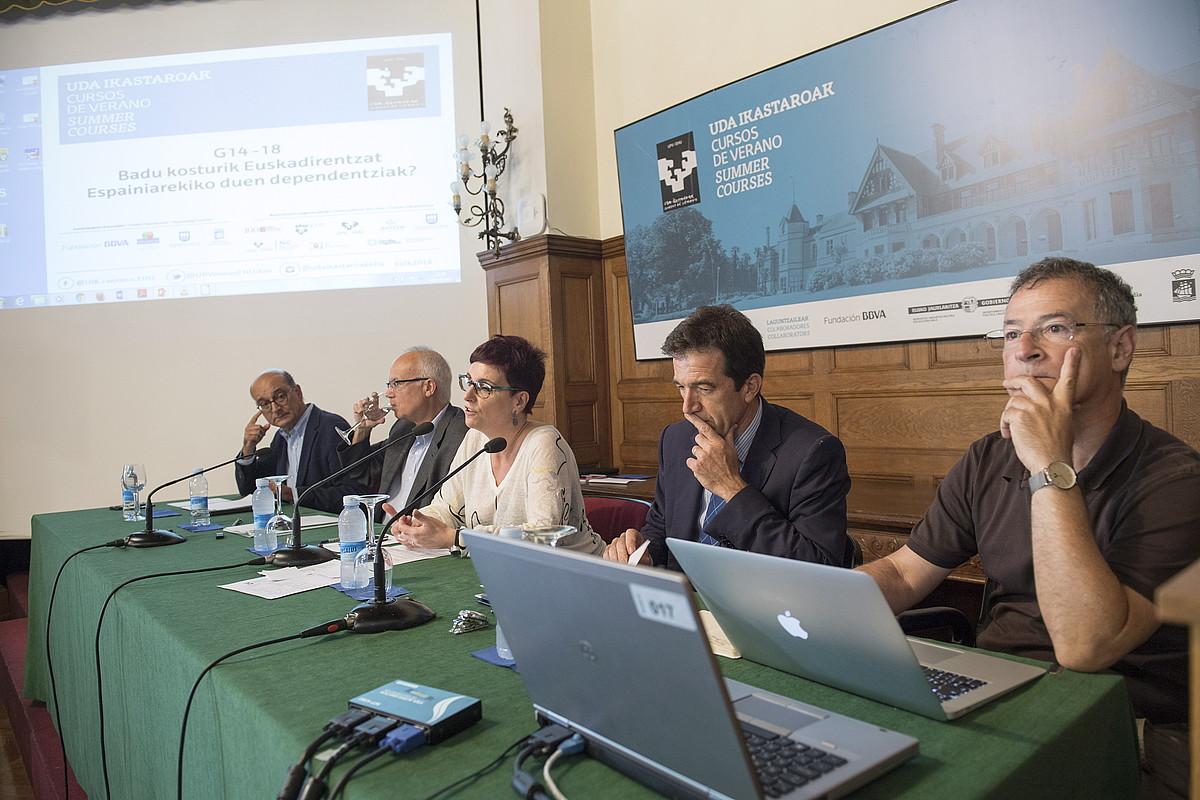 Mikel Legarda, Enoch Alberti, Beatriz Akizu, Juanjo Alvarez eta Joxerramon Bengoetxea, atzoko ikastaroan. ©J.C RUIZ / FOKU