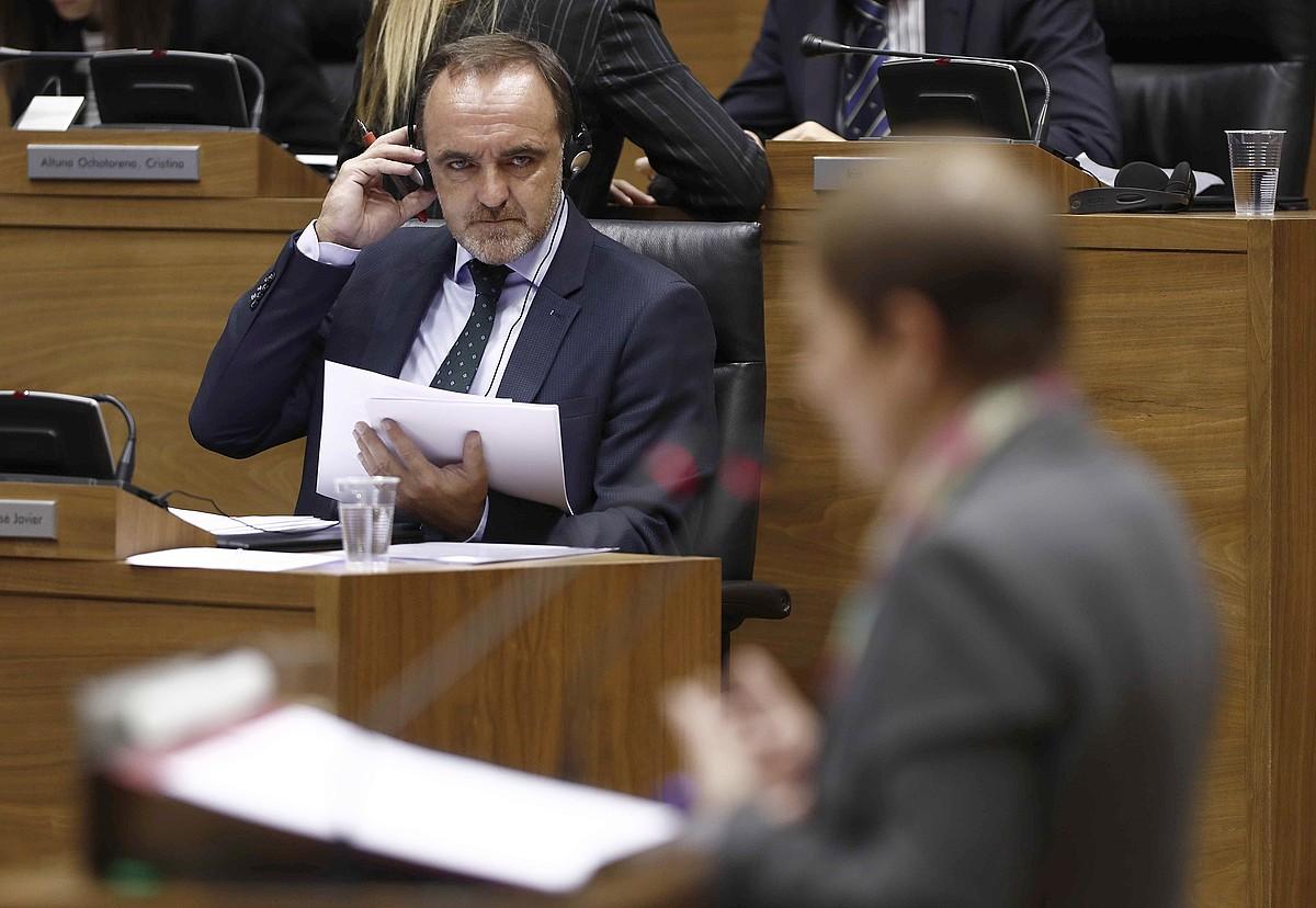 Esparza, Barkosen hitzaldi bat entzuten, Nafarroako Parlamentuan. ©J. D. / EFE