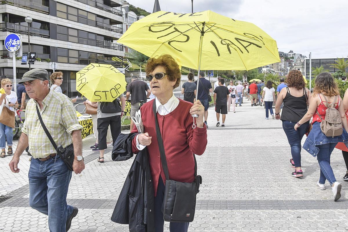 <em>Metroari stop</em> zioten Satorralaiako kideek banatutako aterkiek. &copy;IDOIA ZABALETA / FOKU
