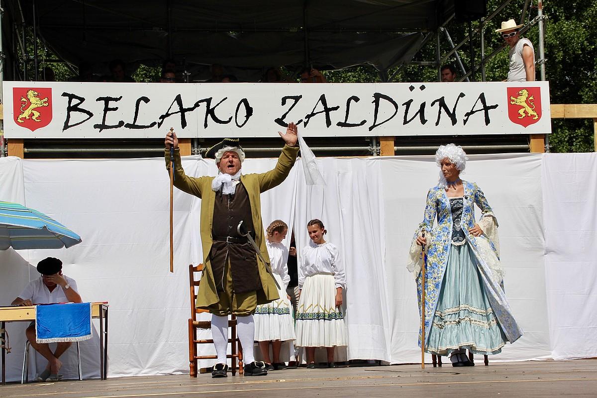 Belako zaldüna (Arño Laphitz) eta haren emaztea (Aurelie Intxastoitxipi), pastoralaren mustraka nagusian, joan den igandean. ©ALLANDE SOKARROS