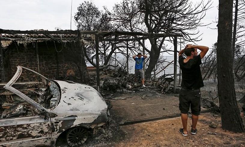 Bi pertsona Matin (Grezia), suteak auto batean eta eraikin batean eragindako kalteei erreparatzen.
