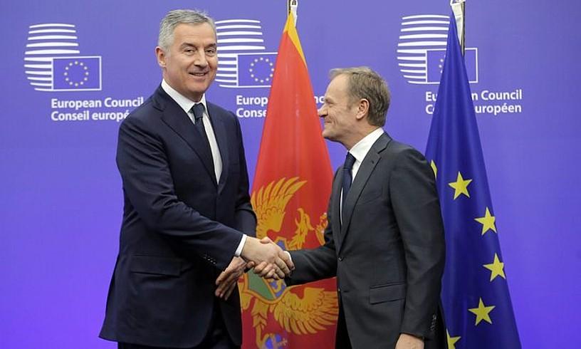 Milo Djukanovic Montenegroko presidentea eta Donald Tusk Europar Kontseilukoa, Bruselan, artxiboko irudi batean. ©OLIVIER HOSLET / EFE