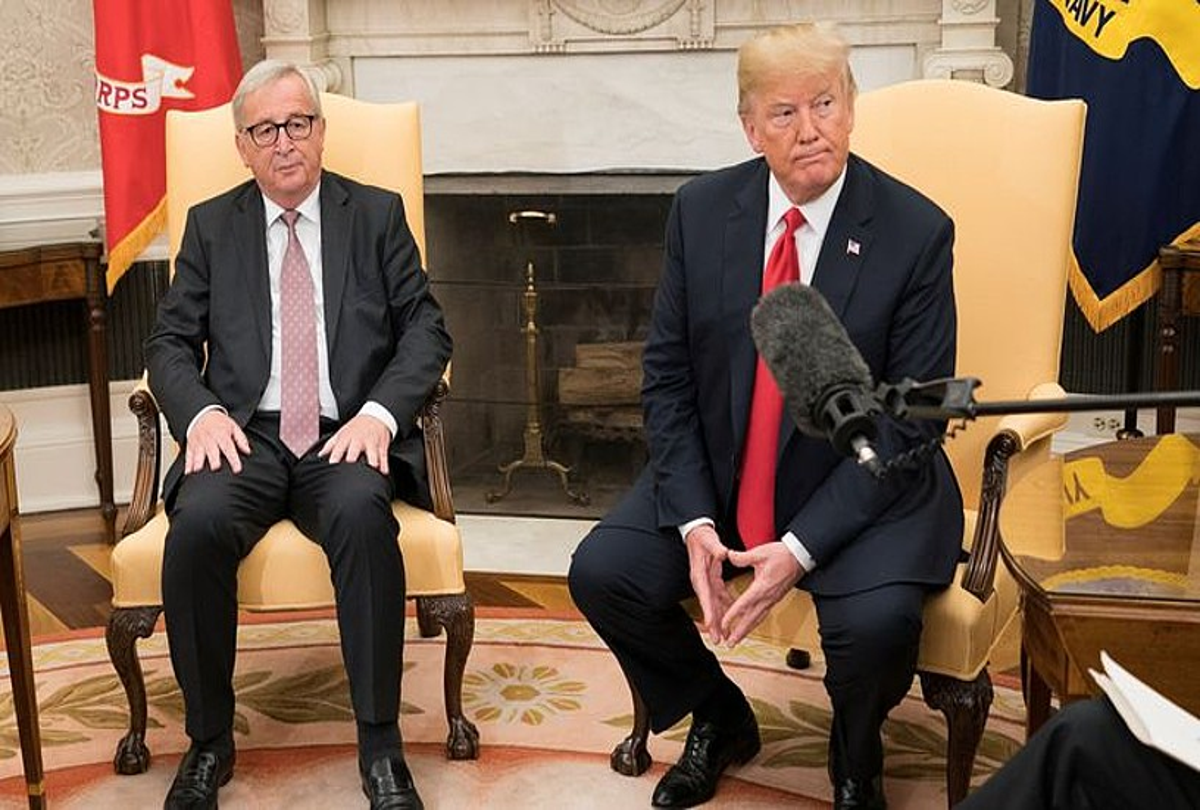 Jean-Claude Juncker eta Donald Trump, atzo, Etxe Zuriko Bulego Obalean. ©KEVIN DIETSCH / EFE